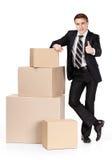 Manager in kostuumtribunes dichtbij stapel van containers royalty-vrije stock foto's