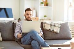 Manager met laptop royalty-vrije stock afbeeldingen