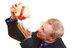 Manager mit leerer piggy Querneigung lizenzfreie stockfotografie