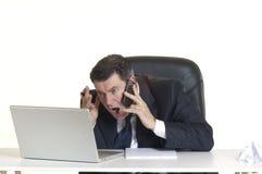 Manager mit Notizbuch am Telefon Stockbild
