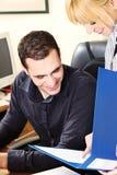 Manager mit seinem Arbeitgeber im Büro Lizenzfreie Stockfotos