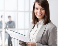 Manager mit Tablette auf dem Glaswandhintergrund Lizenzfreies Stockfoto