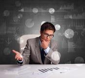 Manager op het kantoor die verslag en statistieken met bordachtergrond uitbrengen royalty-vrije stock foto