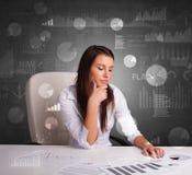 Manager op het kantoor die verslag en statistieken met bordachtergrond uitbrengen stock fotografie
