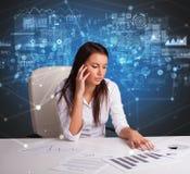 Manager op het kantoor die verslag en statistieken uitbrengen royalty-vrije stock foto