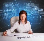 Manager op het kantoor die verslag en statistieken uitbrengen stock afbeeldingen