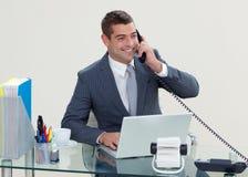 Manager op telefoon in zijn bureau stock fotografie