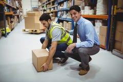 Manager opleidende arbeider voor gezondheid en veiligheidsmaatregel stock foto