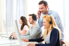 Manager opleiding jonge aantrekkelijke mensen op computer royalty-vrije stock foto's