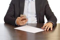 Manager am Schreibtisch wählt die Telefonnummer, die auf weißem Hintergrund lokalisiert wird Stockbild