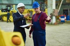 Manager Talking aan Arbeiders bij Installatie royalty-vrije stock foto