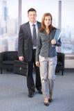 Manager und Assistent, die zum Geschäftstreffen gehen lizenzfreie stockfotos