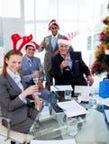 Manager und sein Team, die mit Champagne rösten stockbild