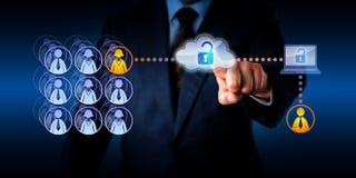 Manager Unlocking Cloud Access zu einer Fernarbeitskraft Lizenzfreie Stockfotos