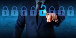 Manager Unlocking ein virtueller Verschluss in einer Aufstellung Lizenzfreie Stockbilder