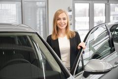 Manager van het autohandel drijven het stellen dichtbij auto royalty-vrije stock fotografie