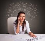 Manager vor dem Schreibtisch mit Richtungskonzept lizenzfreie stockfotografie