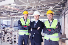 Manager and workers in factory Royalty Free Stock Photos