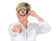 Managerfrau, die durch Lupe schaut Lizenzfreies Stockbild