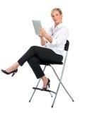 Managerfrau, die mit ipad arbeitet Lizenzfreies Stockbild