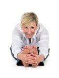Managerfrau, die Yoga am weißen Hintergrund tut Stockbild