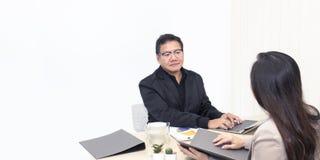 Managergeschäftsmann, der mit Geschäftsfrau auf Büro spricht lizenzfreie stockfotos