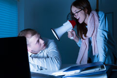 Managerversuche, zum des Angestellten aufzuwecken Lizenzfreie Stockfotografie
