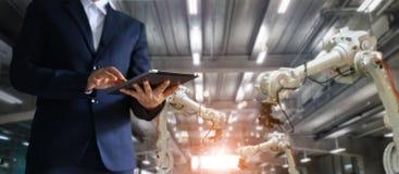 Managerwirtschaftsingenieur, der Tablettenkontrolle- und -steuer-autom verwendet lizenzfreies stockfoto
