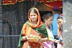 MANAKAMANA, NP - CIRCA AUGUSTUS 2012 - Vrouw met een plaat van giften Stock Fotografie