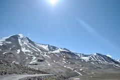 Manali à Leh - montagnes couvertes par neige photographie stock