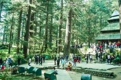 MANALI INDIEN - kommet DECEMBER 9 turist- ser den sakrala Hidimdaen Devi Temple i Shimla, Kullu, Himachal Pradesh, noerthern Indi royaltyfri foto