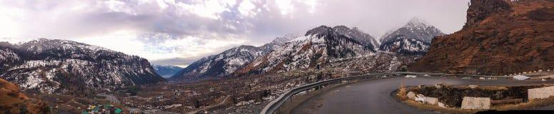 Manali - panoramautsikt av Himalayan bergskedja Royaltyfri Foto