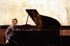 Zade Dirani mit seinem Klavier bei Bahrain Stockfotografie