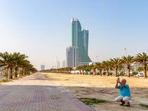 MANAMA Bahrajn, Grudzień, - 19, 2018: męski turysta fotografuje widoki na smartphone obrazy stock