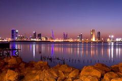 Manama na noite Imagem de Stock