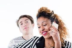 Mananseende bak kvinnan som talar på telefonen Royaltyfria Bilder