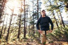 Mananseende i skogen som bär en ryggsäck Arkivfoto