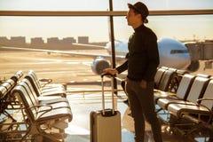Mananseende med hans bagage på en flygplats royaltyfri bild