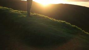 Mananseende och hållande ögonen på solnedgång stock video