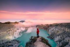 Mananseende på kanten av krater med färgrik himmel på morgonen arkivbilder