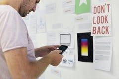 Mananseendet i framdelen av Startup idéer stiger ombord genom att använda mobiltelefonen Royaltyfri Bild