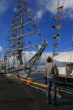 Mananseendet på pir ser upp på riggningen av segelbåten I bakgrunden den polska segelbåten Fryderyk Chopin Royaltyfri Fotografi