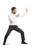Mananseendet poserar in som karate Royaltyfri Foto