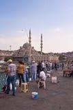 Manar som fiskar på Galata, överbryggar i Istanbul Royaltyfri Foto
