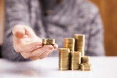 Manar som räknar pengar! Arkivfoto