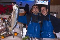 Manar som säljer fisken Royaltyfri Bild