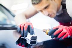 Manarbetare på en biltvätt Arkivfoto