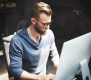 Manarbete bestämmer Workspacelivsstilbegrepp arkivbild