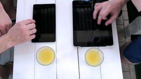 Manarbete med minnestavlor i ett kafé lager videofilmer