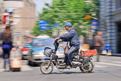 Manarbetskopia på en elektrisk cykel, Shanghai, Kina Royaltyfria Foton